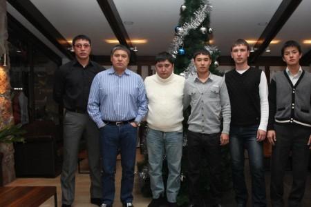 """Корреспондент """"Азыттык"""" Жанар Акаев пишет, что Кольбаев стоит в синей рубашке"""