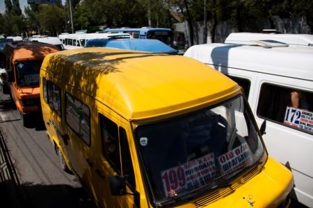 Столкновение легковой машины и троллейбуса вызвало пробку в центре Бишкека
