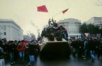 Захваченный митингующими БТР