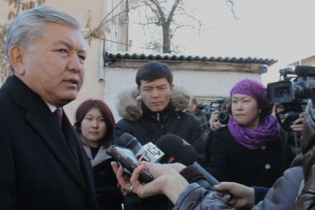 Мэр Бишкека Иса Омуркулов с женой проголосовал на участке №1208 в школе-гимназии №29. Автор фото: Айшоола Айсаева.