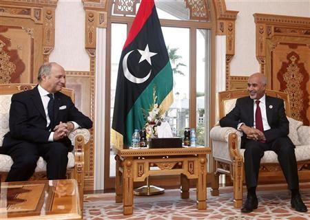 Президент ливийского Национального конгресса Мохамед Макариф (справа) во время встречи с французским министром иностранных дел Лораном Фабиусом