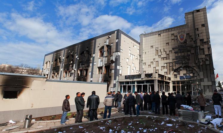 Здание генпрокуратуры на следующий день после революции 2010 года. Фото: Тимур Райымкулов