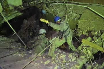 По словам корреспондента Kloop.kg Дастана Үмөтбай уулу, который находится на месте событий, спасатели сообщили о голосе, раздающемся из ямы.
