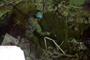 Спасателям пришлось спускаться в выгребную яму туалета, которым пользовались посетители и продавцы крупнейшего рынка на юге Кыргызстана.
