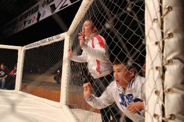 Зрители часто кричали на тренеров и помощников спортсменов, которые мешали смотреть поединки. Один раз в восьмиугольник, даже полетели пластиковые бутылки.