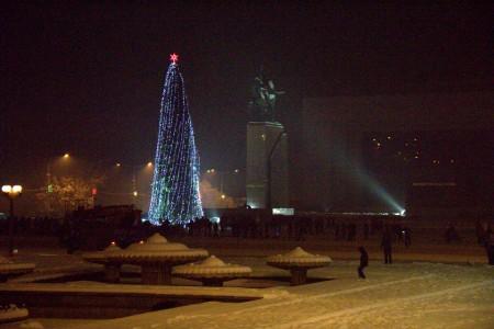 Ёлка высотой 22 метра установлена на площади Бишкека «Ала-Тоо».