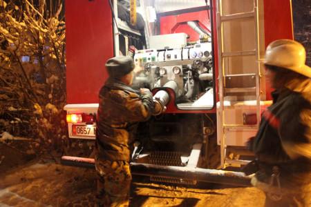 """Слабое давление в гидранте вынудило пожарных ждать приезда """"Бишкекводоканала"""""""