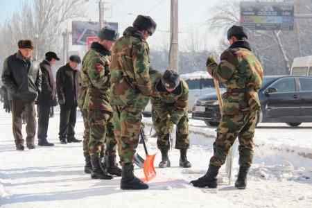солдаты очищают снег