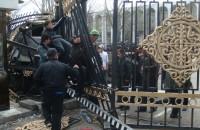 Митингующие пытаются прорваться на территорию Белого дома