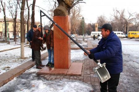 Мэрия Бишкека демонтиовала освещение от сына Отунбаевой