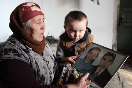Сама Гүлбүбү родилась в 1941 году в городе Сулюкте Лейлекского района Баткенской области. В 15 лет она вышла за своего мужа Абдукаима.