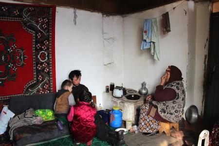 Она живет с внуком Курбанбеком и сыном Мырзой, они — единственная в селе семья этнических кыргызов, которая отказалась переезжать в Кыргызстан после распада Советского Союза в 1991 году.