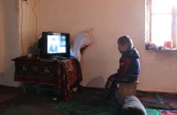 Средствами массовой информации в доме Гүлбүбү является радиоприемник и телевизор, который ловит единственный таджикский канал TBT.