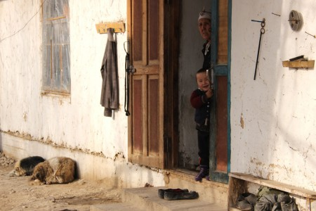 Гүлбүбү приходится пересекать кыргызско-таджикскую границу по 2-3 раза в день, чтобы покупать продукты питания и бытовые принадлежности.