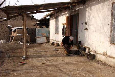 Она получает пенсию в 150 таджикских сомони (1500 сомов), что, по её словам, еле хватает на проживание.