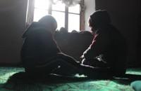 В доме своей матери остался только младший сын Мырза, жена которого развелась с ним, оставив сына Курбанбека и дочь Нурайым со своим отцом.