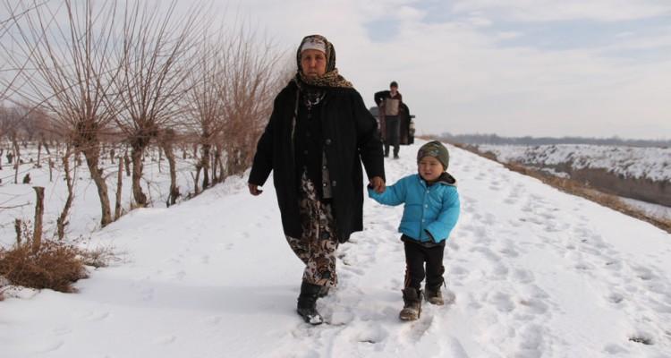 Она живет на кыргызско-таджикской границе на протяжении 20 лет — её дом находится в таджикском селе Заравшан, а за продуктами она ходит в магазин, который располагается в Баткенской области Кыргызстана.
