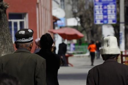 Мужчины в узбекском и кыргызском головных уборах на улицах Оша