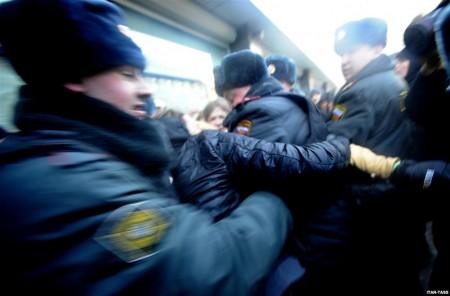 Российская полиция задерживает подравшихся сторонников и противников Закона о запрете пропаганды гомосексуализма, фото ИТАР-ТАСС