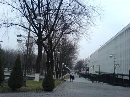 Здание СНБ Узбекистана (справа)
