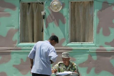 Солдат на службе на узбекском погранпункте