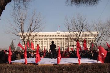 Партия «Ата Мекен», недовольная выводами комиссии Осмонова и обвинениями в мародёрстве, выходит 13 февраля этого года на тысячный митинг напротив здания парламента.
