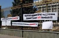 Несколько молодежных организаций в апреле 2012 года митинговали против узбекской версии в ОРТ