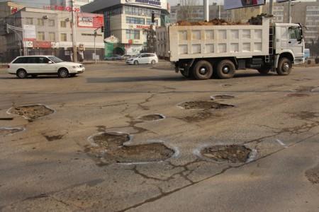 Токомбаева — одна из ключевых транспортных артерий южной части Бишкека, которая соединяет густонаселенные микрорайоны с центром города.