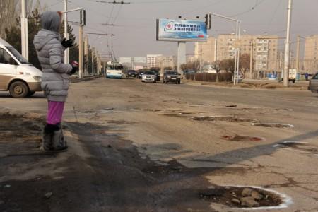 Улица Токомбаева или «Новая дорога» известна бишкекским водителям своими многочисленными ямами.