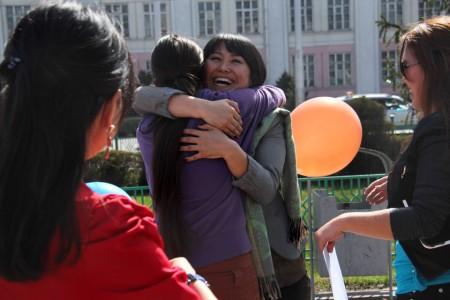 Каждый прохожий получал от участников флешмоба по воздушному шару и заключался в объятия.