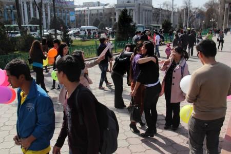 """""""Мы пытаемся подарить улыбку людям  просто так, чтобы люди  чаще улыбались ни смотря ни на что"""", — рассказывает организатор акции Алтынбек Алыкулов."""