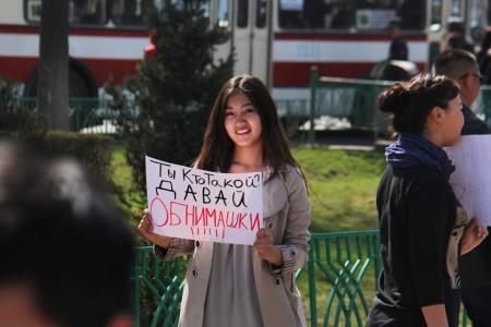 Организаторы провели флешмоб во Всемирный день счастья.