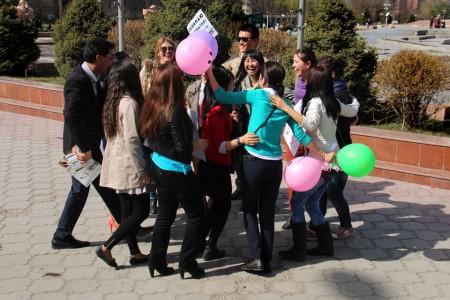 Флешмоб проходил в течении часа — участники успели раздать все шары.