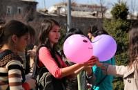 Среди прохожих нашлись и такие, которые не хотели обниматься, но с удовольствием брали шарики.