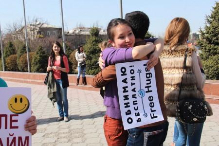Все участники стояли с надписями на кыргызском и русском языках, сделанными собственноручно.