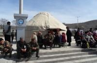 Демонстранты установили две юрты напротив здания обладминистрации Джалал-Абадской области