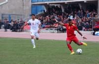 На 41-й минуте, полузащитник Мака Кум воспользовался ошибкой таджикской защиты, завладел мячом на фланге, сделал точную передачу Дэвиду Тетте...