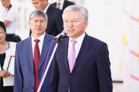 Атамбаев на фоне Омуркулова