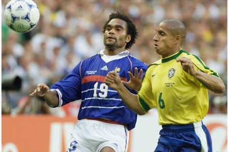 1998 год: Карамбё в единоборстве против бразильца Роберто Карлоса на финале чемпионата мира
