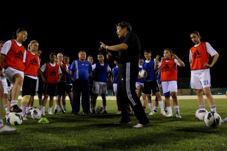 Гульбара Уматалиева (в центре) руководит сборной Кыргызстана с самого первого матча команды.