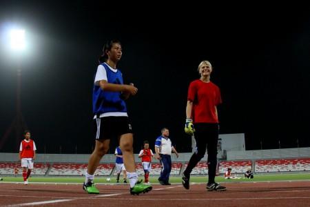 Второй голкипер сборной Кыргызстана Ангелина Гайер (справа)
