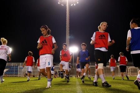 Футболистки сборной Кыргызстана во время вечерней тренировки в Бахрейне.