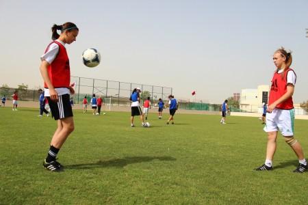 Светлана Покачалова (слева) и Вероника Бернадская во время тренировки в Бахрейне.