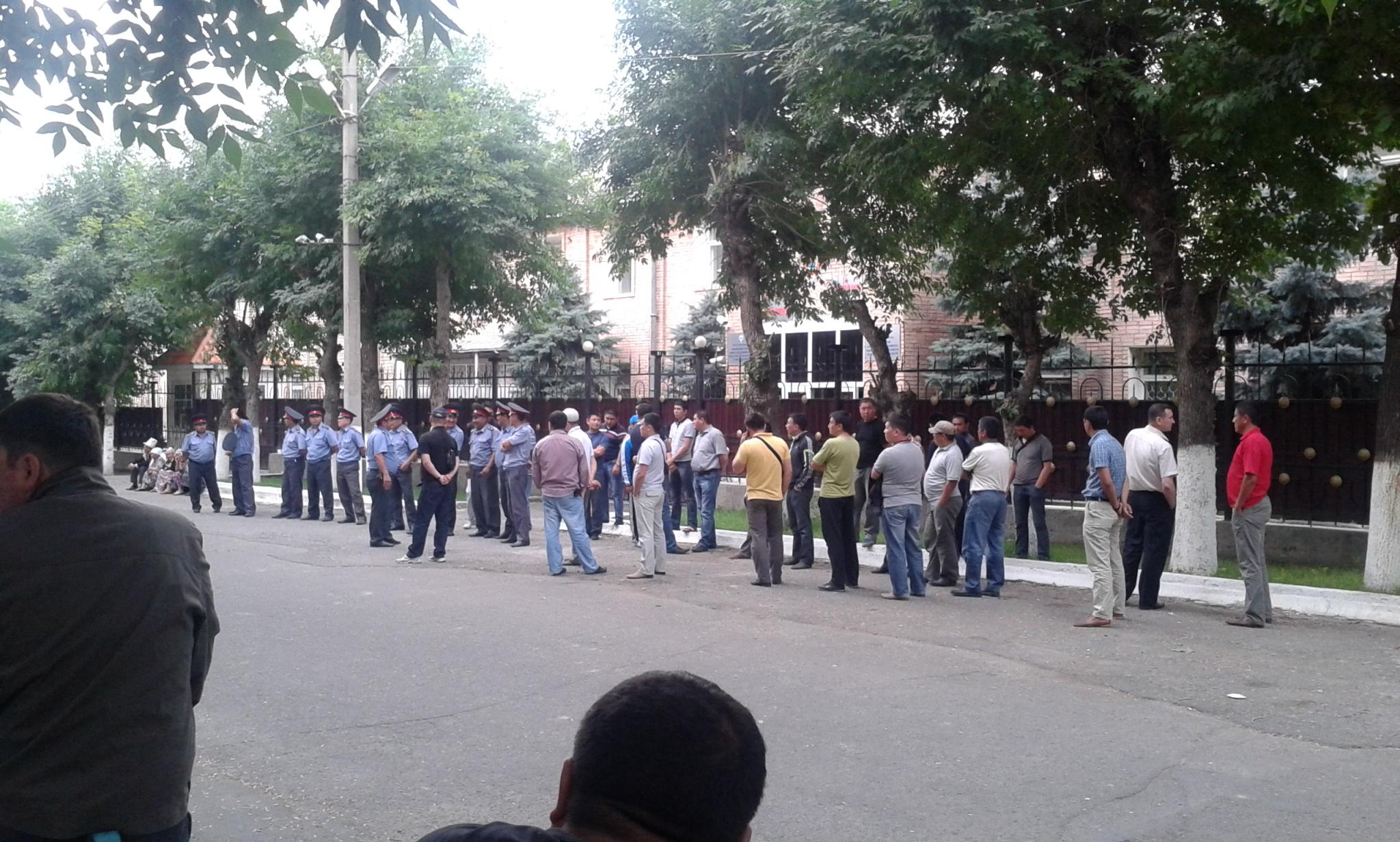 Демонстранты митингуют у здания джалал-абадского отделения ГКНБ, 2 июня 2013 года. Фото: Евгений Погребняк