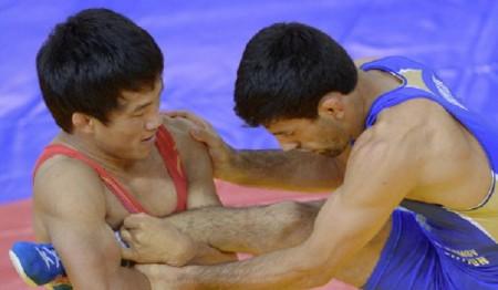 Самат Надырбек уулу во время финального поединка (слева)