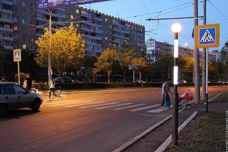 Знак пешеходного перехода с желтой флуоресцентной рамкой