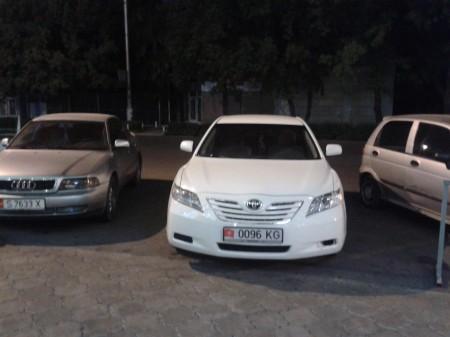 Автомобиль депутата припарковался с нарушениями правил дорожного движения. Фото сделано 19 августа 2013 года.