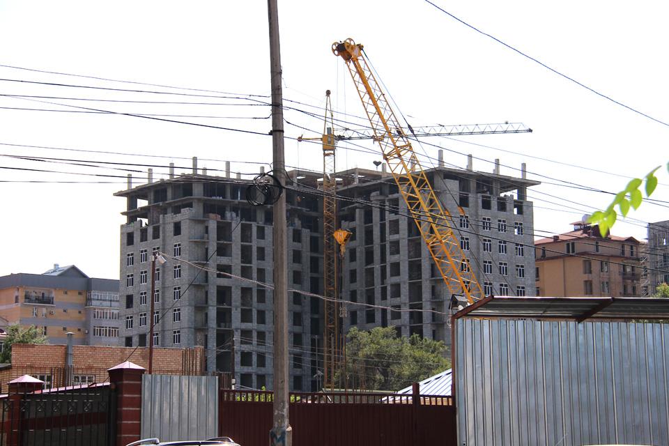 """12-этажный жилой дом """"Олимп"""" будет расположен на пересечении улиц Токтогула и Тоголок Молдо. Его планируют закончить в июле 2015 года. На первом этаже здания будут располагаться торговые и офисные помещения."""