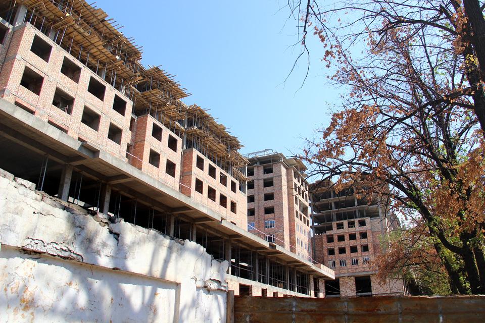 """Пока еще безымянный жилой комплекс на пересечении улиц Токтогула и Тоголок Молдо планируют закончить в сентябре 2013 года, в каждом из этих домов по 10 этажей. Строительством зданий занимается компания """"Юнис-Курулуш""""."""