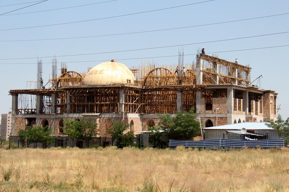"""Мечеть в микрорайоне """"Джал"""" будет готова к 2016 году. По данным Духовного управления мусульман Кыргызстана, финансирует строительство объекта компания из Турции. Эта мечеть станет четвёртой в городе, куда смогут ходить и женщины."""